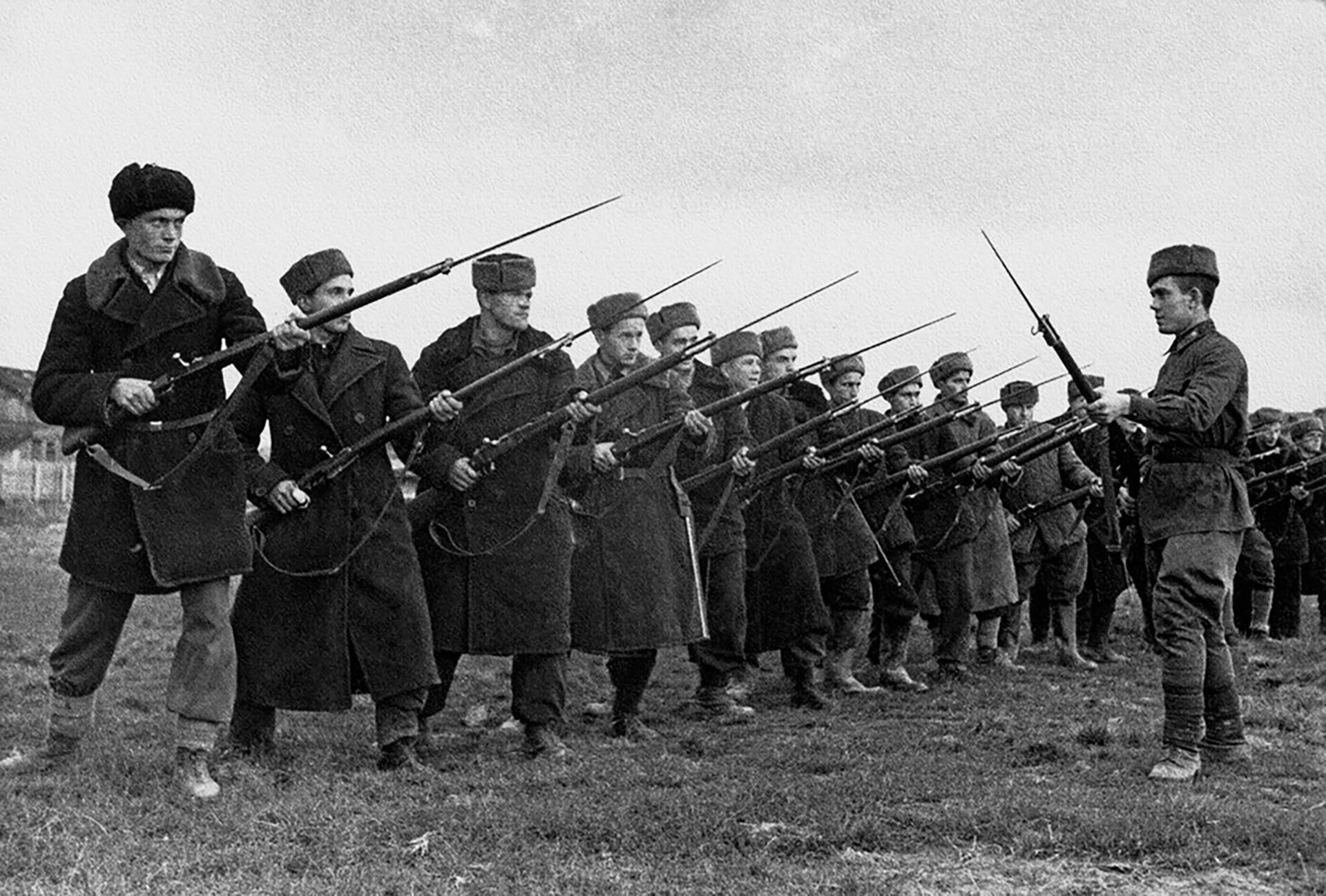 Dobrovoljci. Uvježbavanje borbe bajunetama u Prvom bataljunu 1. Moskovske komunističke pukovnije.
