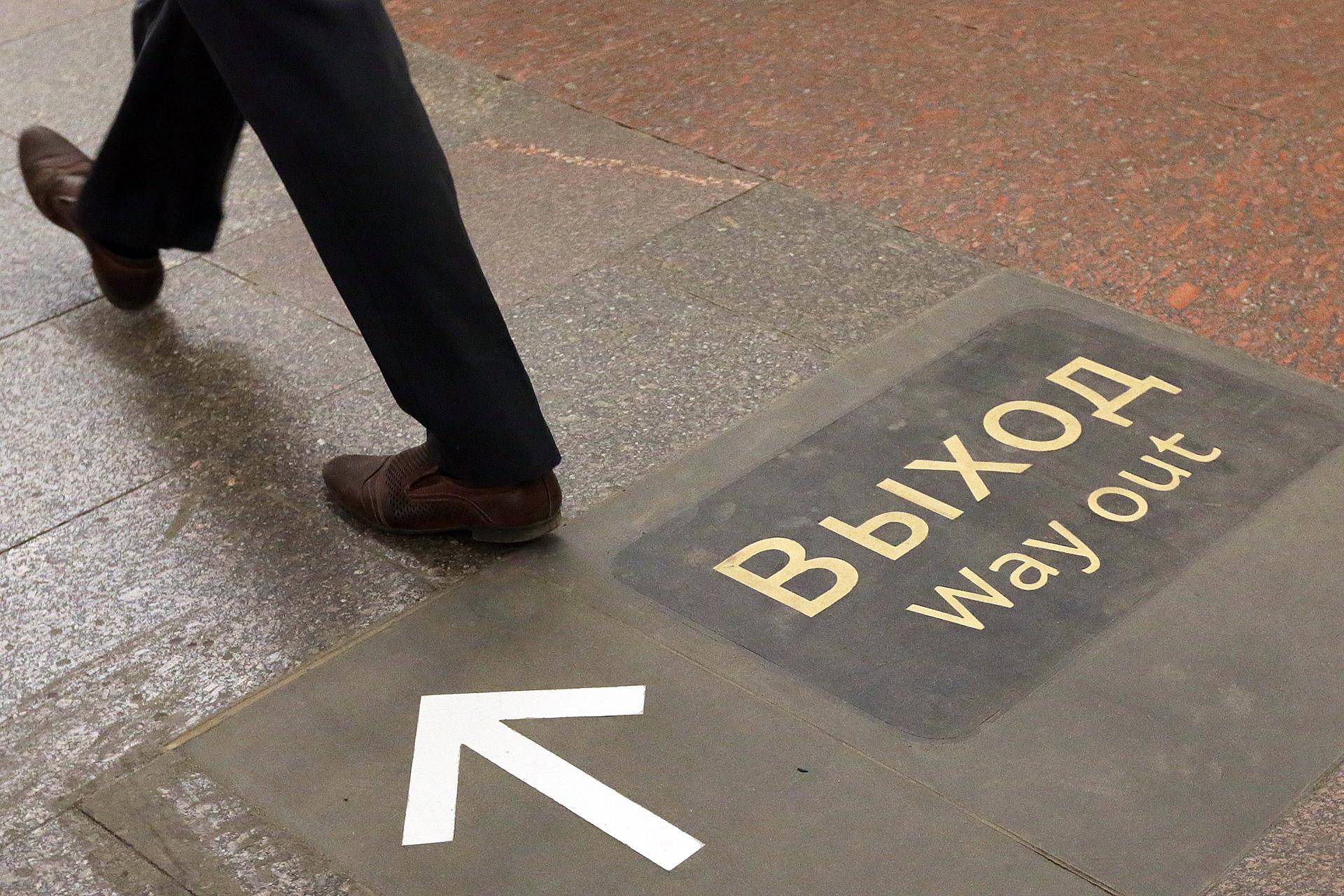 Señal de salida en el metro de Moscú.