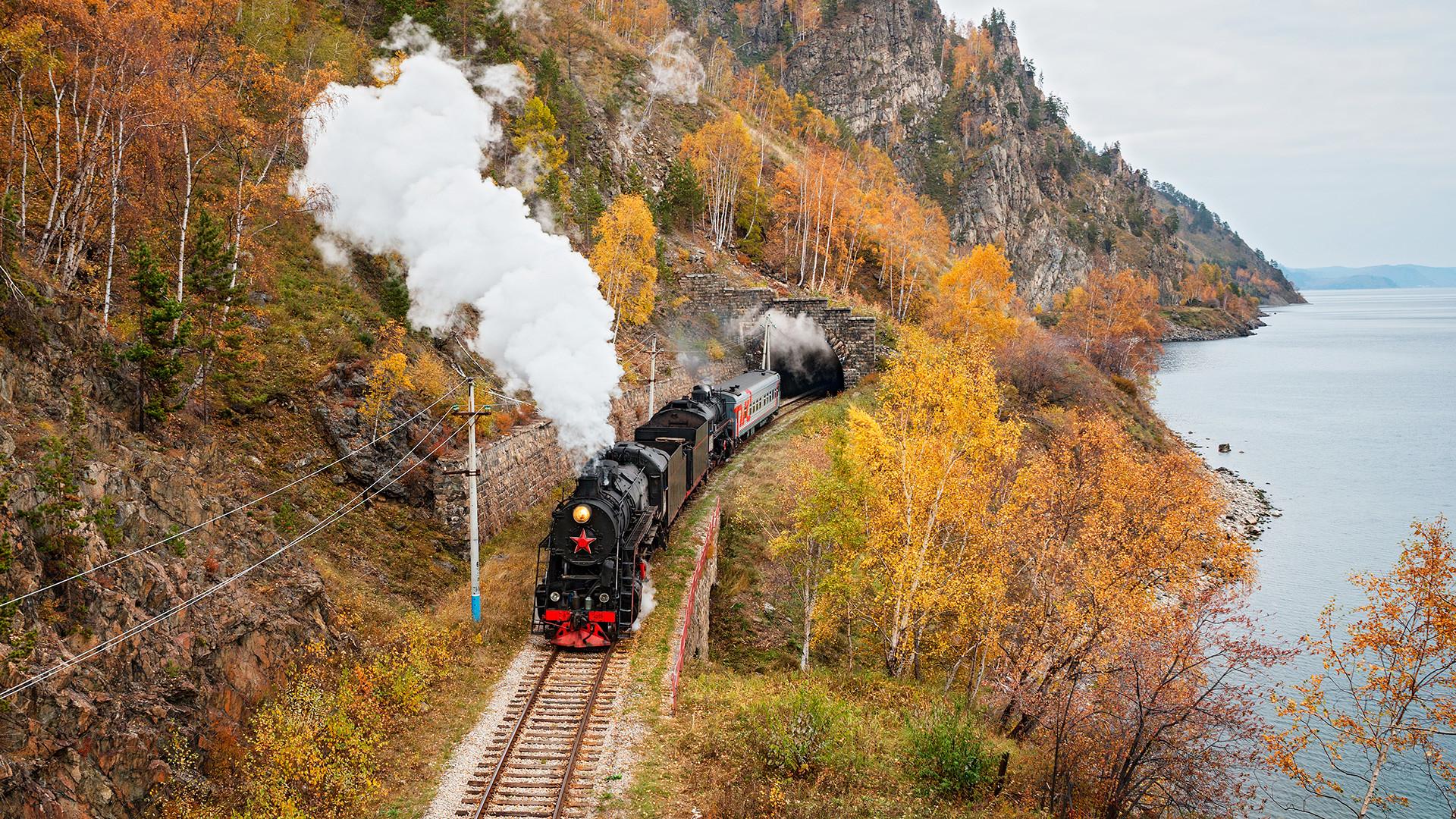 Tren de vapor en el ferrocarril Circum-Baikal.