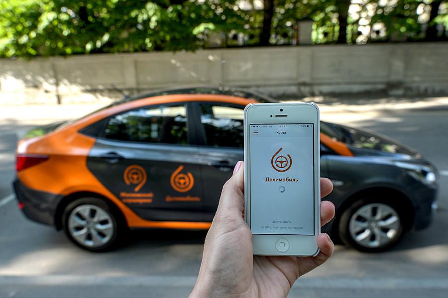 "Automóvel do serviço de ""car sharing"" Delimobil Moscow."