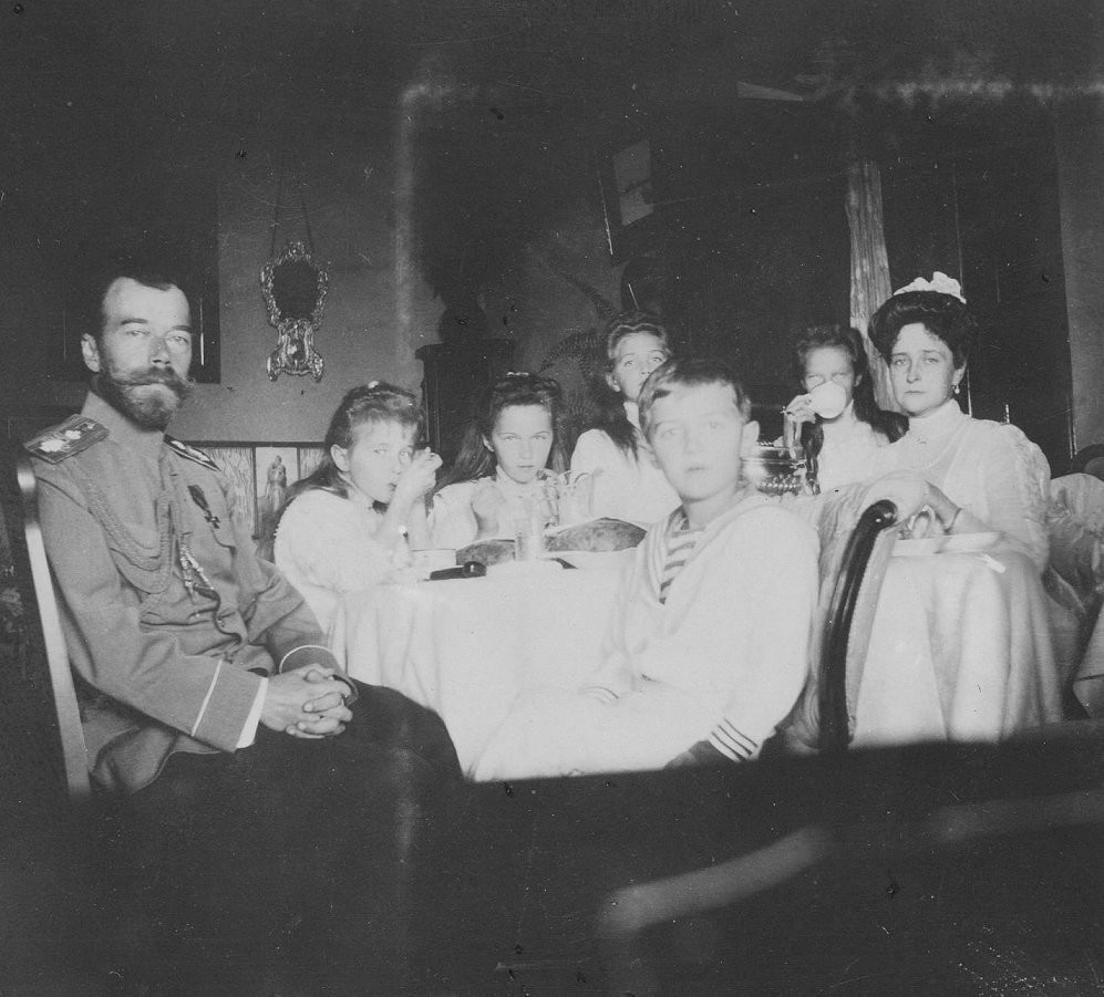 The Romanovs at the breakfast, 1910