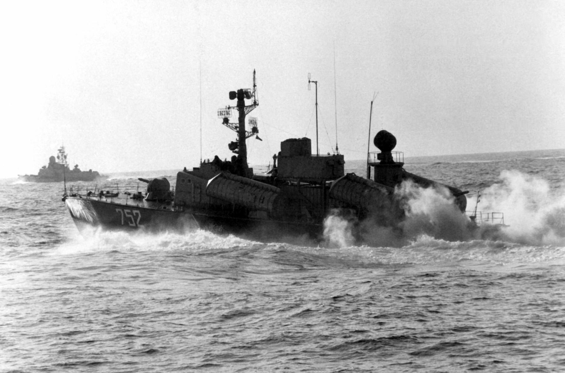 Osa II. Al fondo, buque misilístico Nanuchka II.