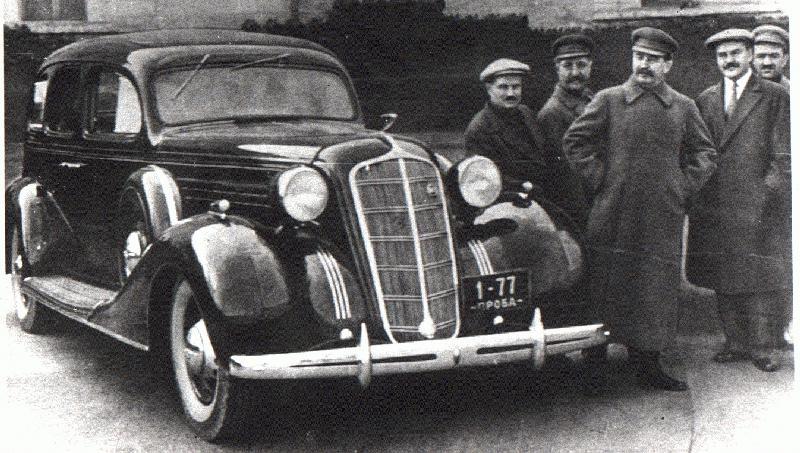 Stalin junto a un coche soviético de la marca Zil.