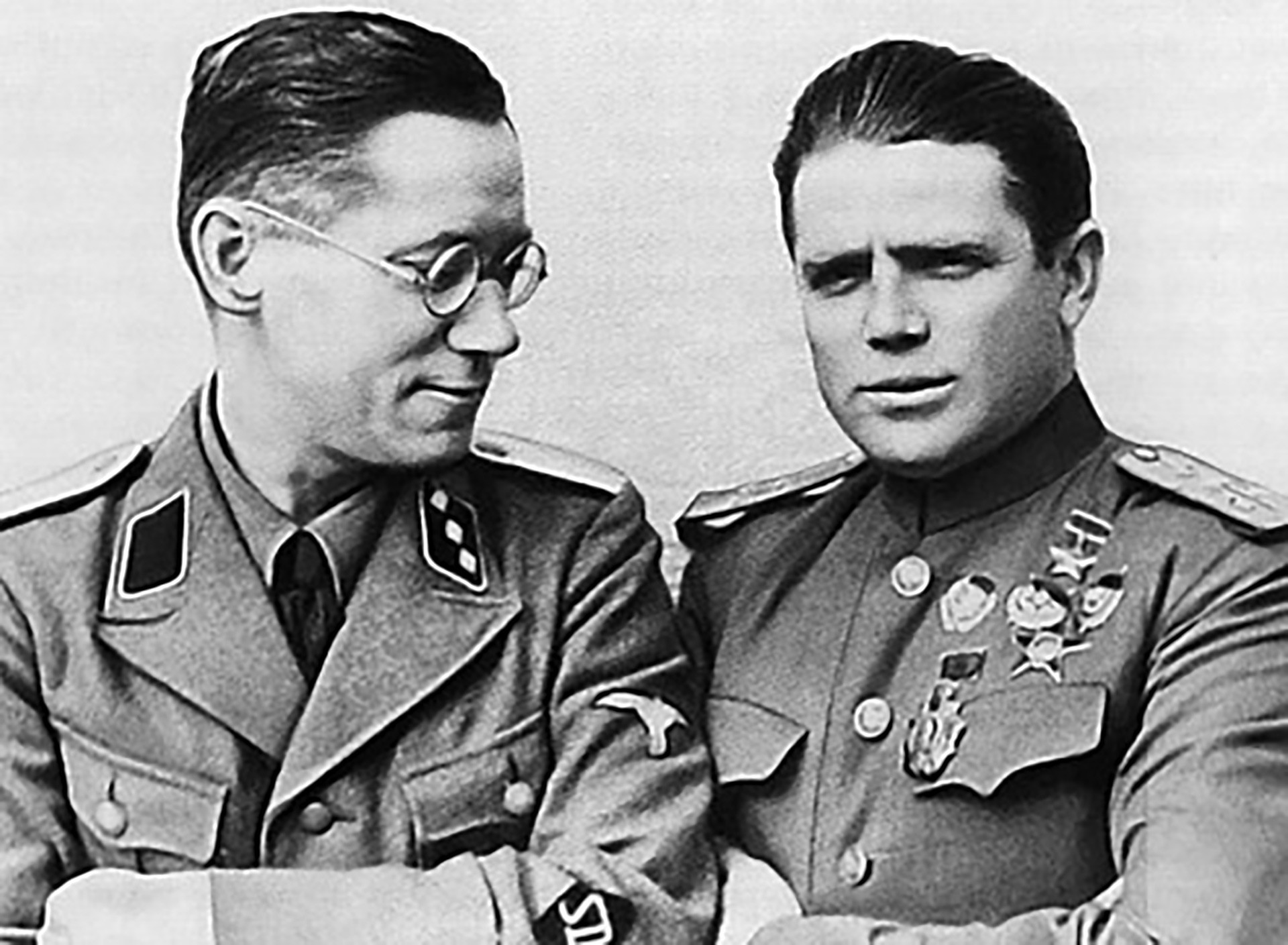 Пьотр Иванович Таврин (дясно)