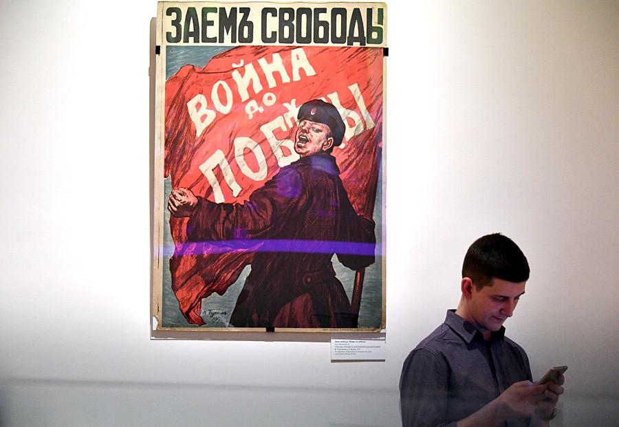 """Visitante de la exposición """"1917. El Código de la Revolución"""" en el Museo Estatal Central de Historia Contemporánea de Rusia."""