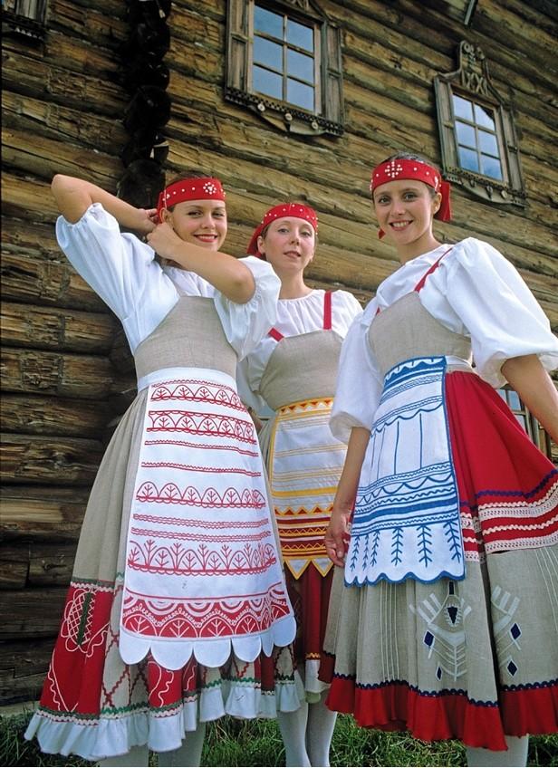 Dekleta v karelijskih narodnih nošah.