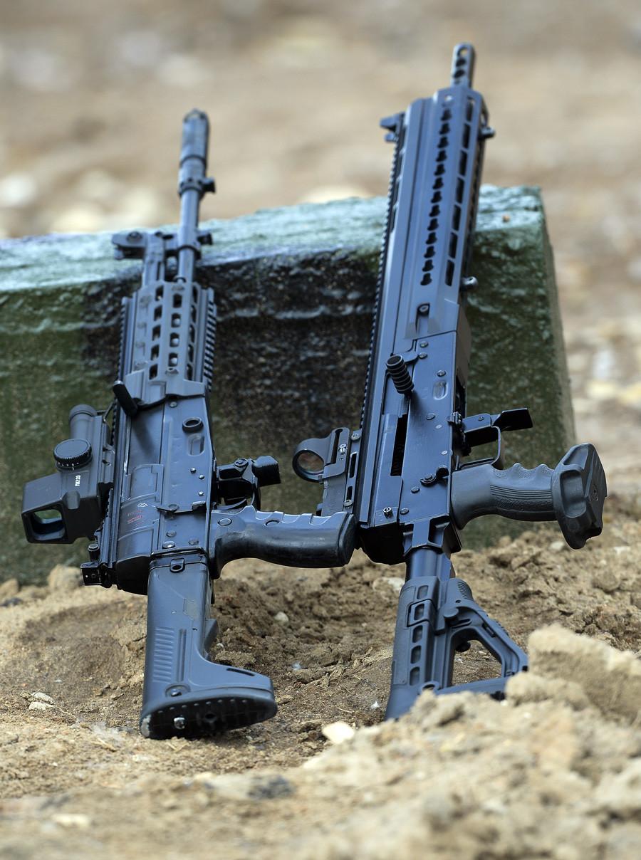 Jurišna puška AK-12, kalibra 5.45mm (levo) in  gladkocevna avtomatska šibrovka Saiga 12 (model 340 s kalibrom 12) na Mednarodnem forumu vojaške tehnike Armija 2015 v Kubinki.