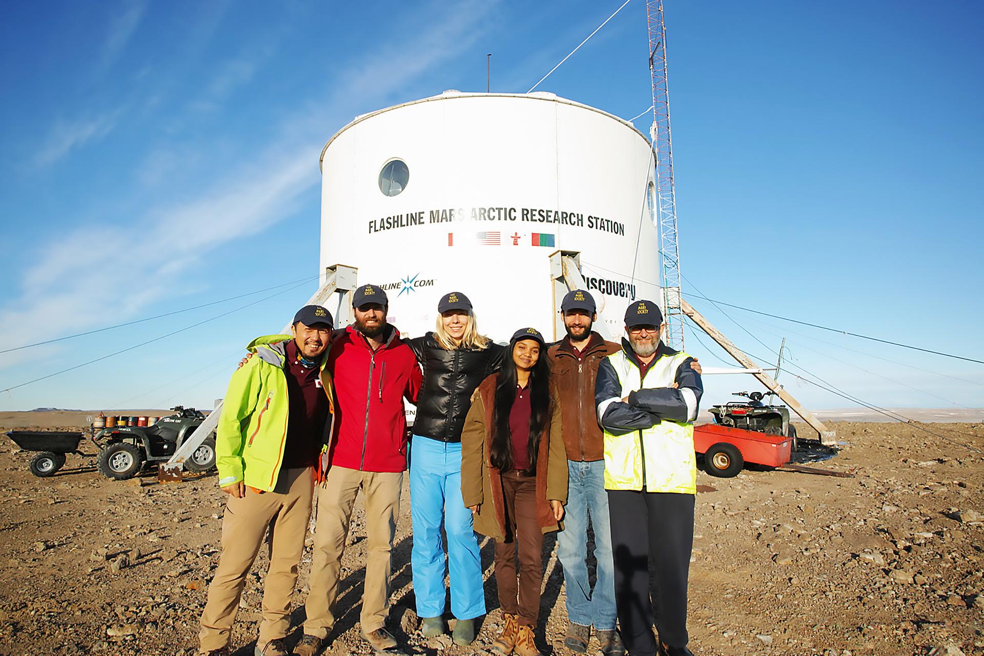 Kru Mars 160 di Stasiun Penelitian Mars Arktik di Pulau Devon.