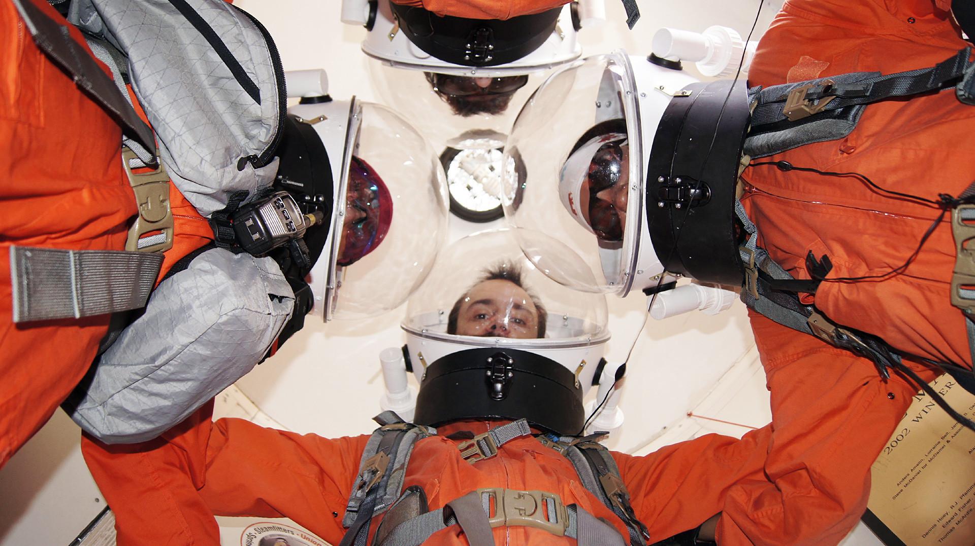 Para kru di ruang penyangga udara di Stasiun Penelitian Mars di Utah.
