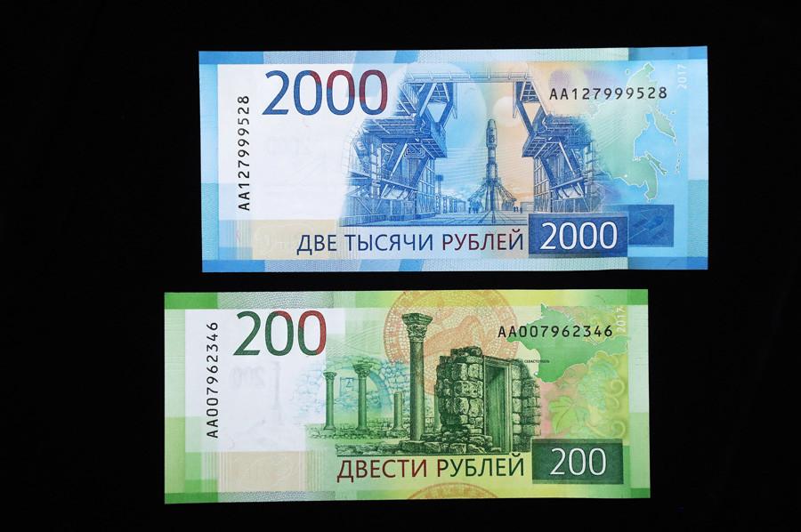 Los nuevos billetes rusos de 200 y 2.000 rublos.
