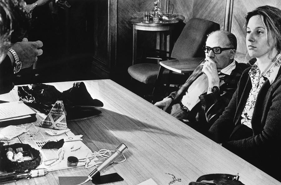 СССР. Москва. 13 юни 1978 г. Вицеконсулът на САЩ в Москва и сътрудник на ЦРУ, работещ под прикритие Марта Питърсън (вдясно) и съветникът в посолството г-н Грос, извикан за разпознаване на шпионката.