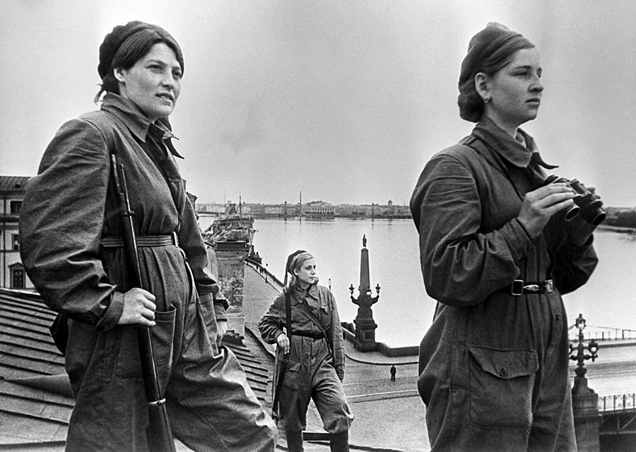 El sitio de Leningrado. Mujeres soldado mientras prestan servicio en un tejado.
