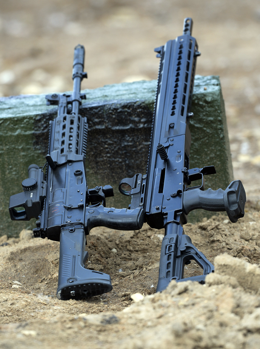 """Автомат АК-12 калибар 5,45 мм и полуавутоматска пушка со мазна цевка """"Сајга 12"""" (модел 340 калибар 12 мм) на Меѓународниот воено-технички форум """"Армија 2015"""" во Кубинка."""
