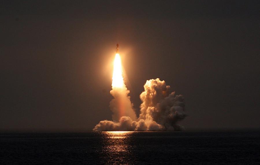 """Лансирање на ракета """"Булава"""" од подморница."""