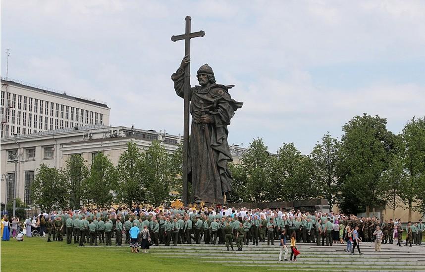Spomenik knezu Vladimirju v Moskvi.