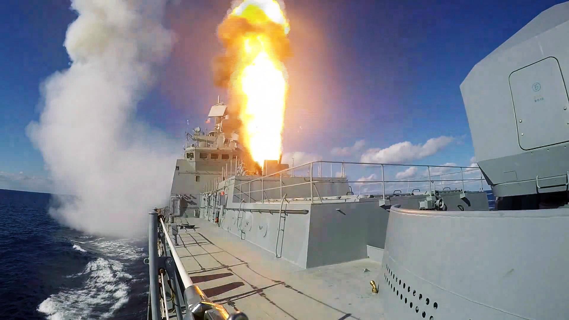 Misil jelajah Kalibr saat ditembakkan dari kapal Laksamana Grigorovich di perairan Suriah.