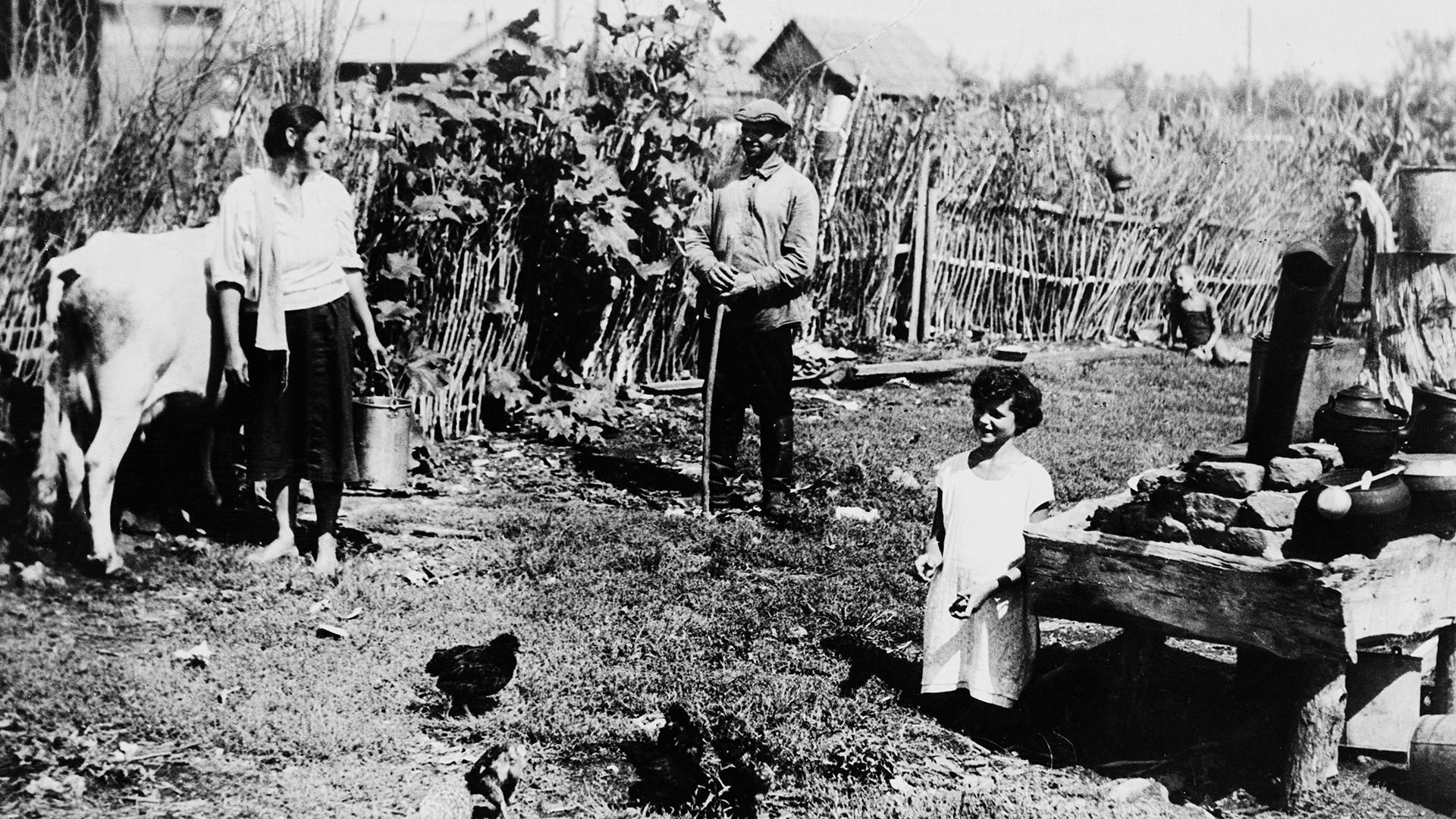 Колективният фермер Михаел Гефен и жена му Шейна с дъщеря им обработват земята си в Биробиджан в Еверейския автономен район, СССР.