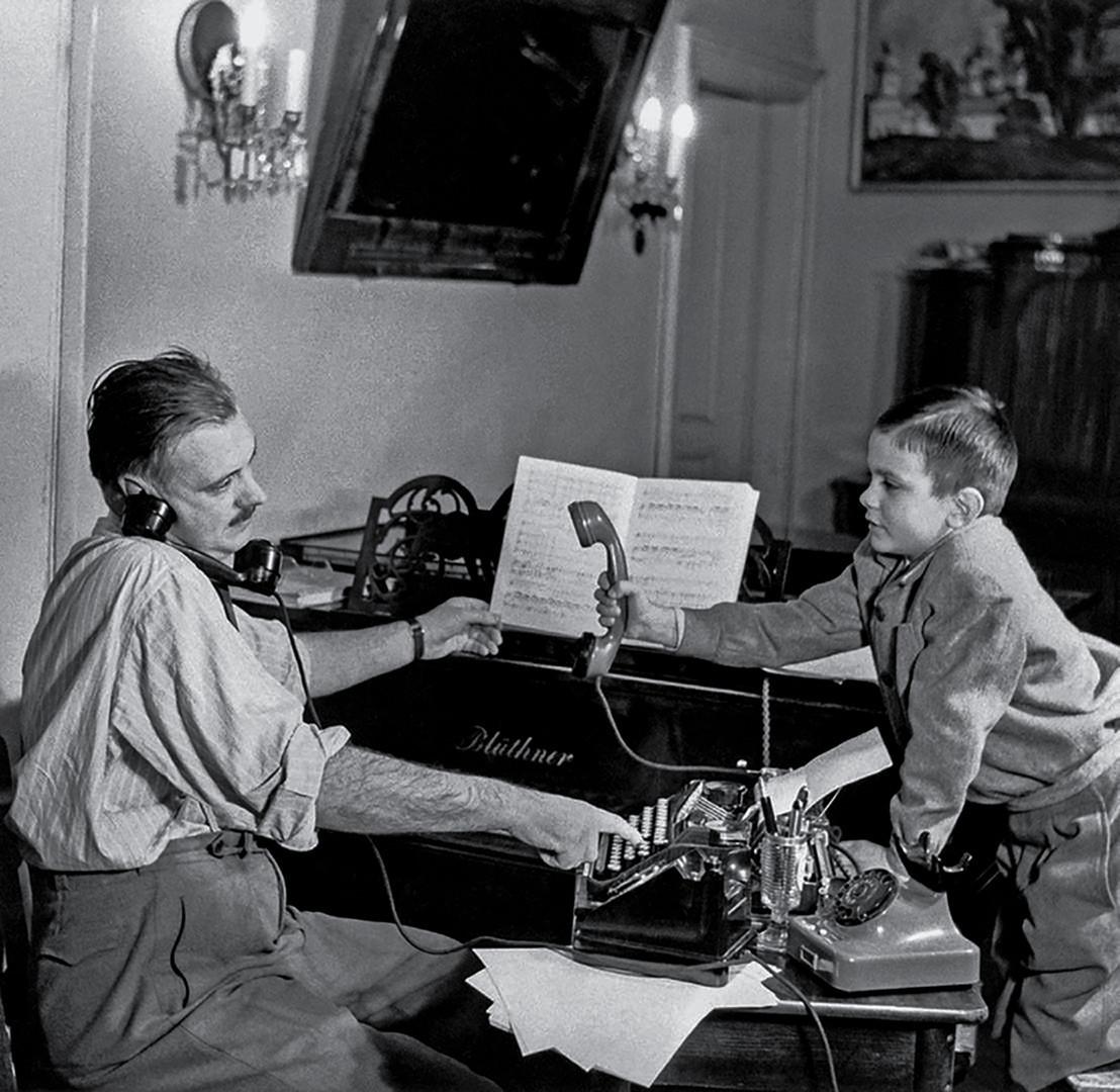 Sergei Michalkow ist ein berühmter sowjetischer Kinderbuchautor. Er verfasste auch den Text der sowjetischen Nationalhymne und der heutigen überarbeiteten Version. Hier mit Sohn Nikita - heute ein renommierter Filmregisseur. / Moskau, 1952