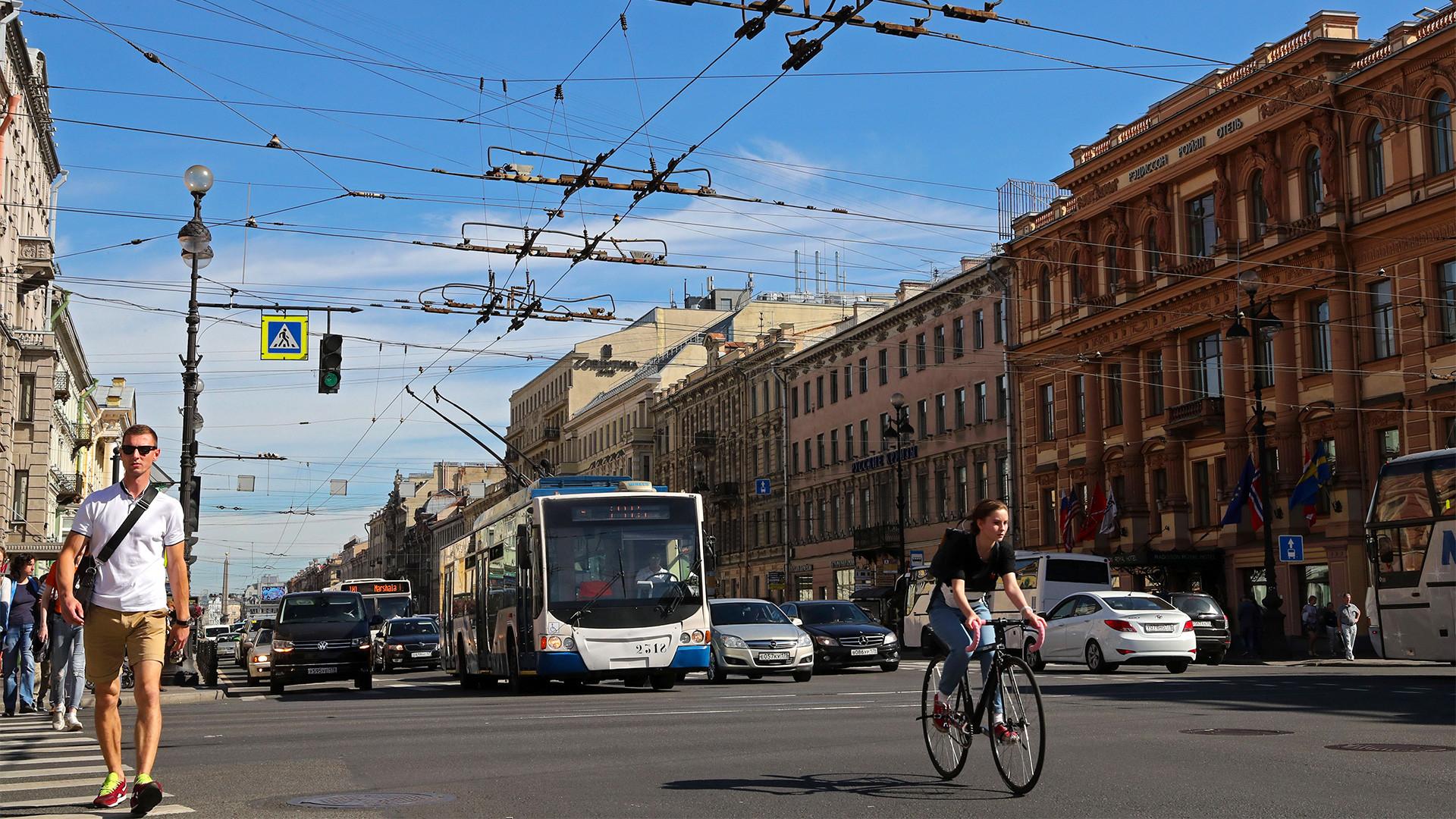 Moderner Trolleybus auf demNewskij-Prospekt