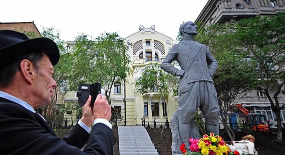 Rock Brynner toma una foto del monumento a su padre.