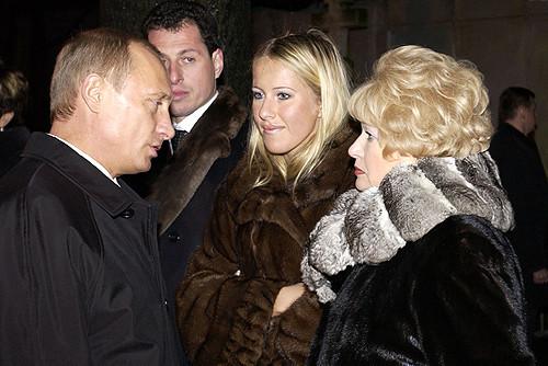 Vladimir Putin, Ksênia Sobtchak e a mãe da última, Liudmila Narusova.