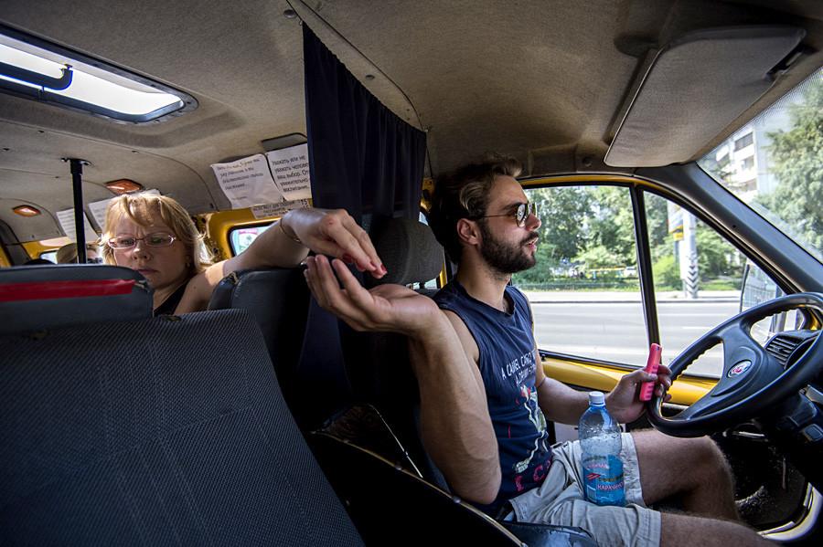 Возач маршрутке бр. 335 Артјом Белозјоров за воланом свога возила у Омску.