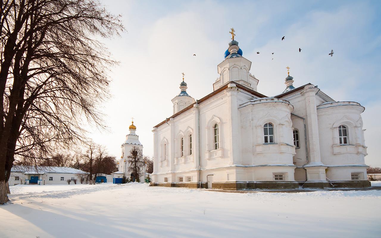 """Мaшкиот Шчегловски манастир """"Пресвета Богородица"""" се наоѓа кај Тула, 180 км од Москва. Во главната црква, осветена 1860, се чува иконата на Богородица Млекопитателница. Денес храмот е отворен само за служба. Може да се каже дека манастирот дише во духот на 19 век."""