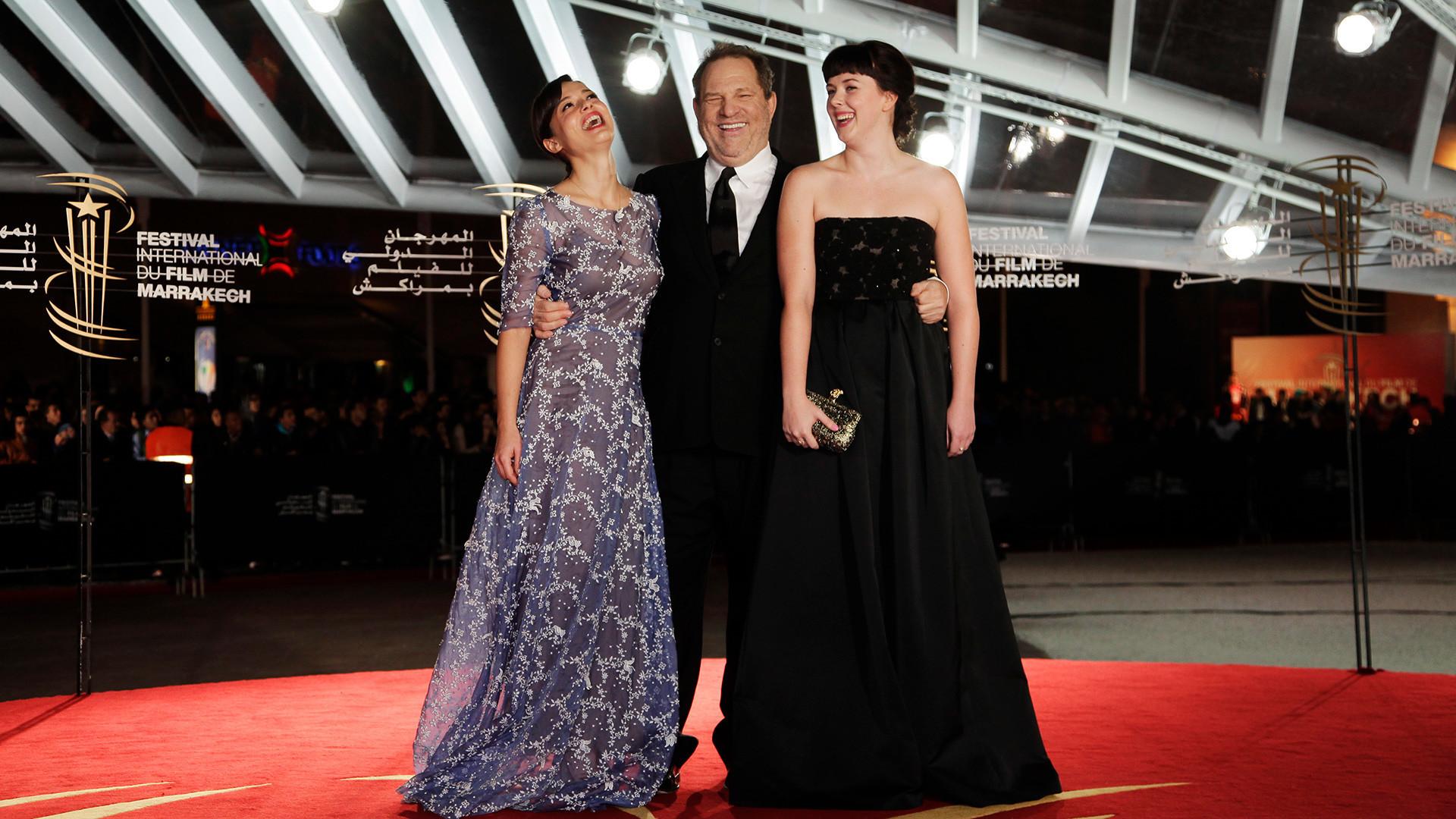 O produtor Harvey Weinstein durante o 13º Festival Internacional de Cinema de Marrakesh com as atrizes Valeria Bilello (esq.) e Alexandra Roach (dir.).