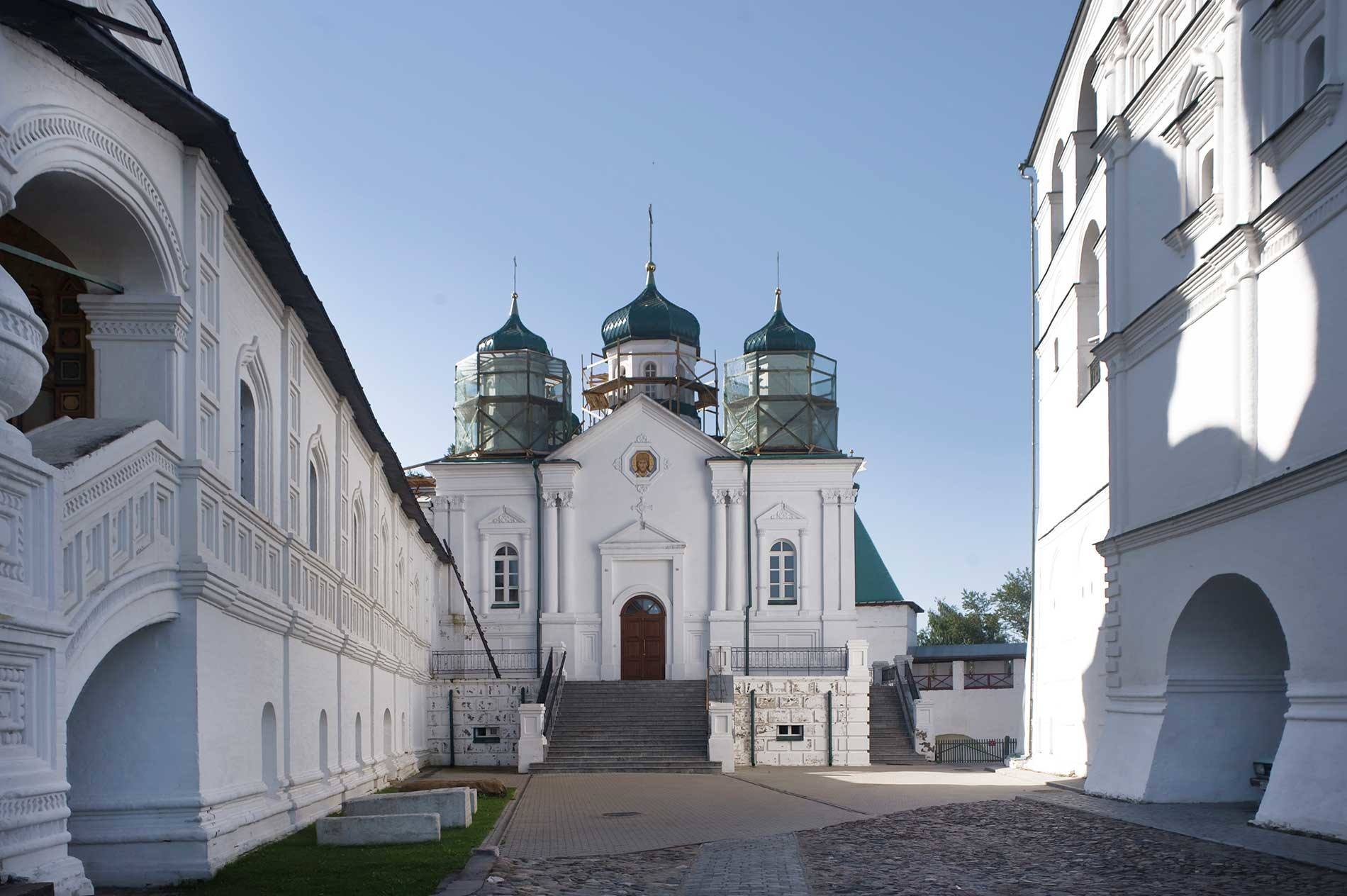 Trinity-Ipatiev Monastery. From left: Trinity Cathedral, west gallery; Cathedral of Nativity of the Virgin; bell tower. North view. Aug. 13, 2017.