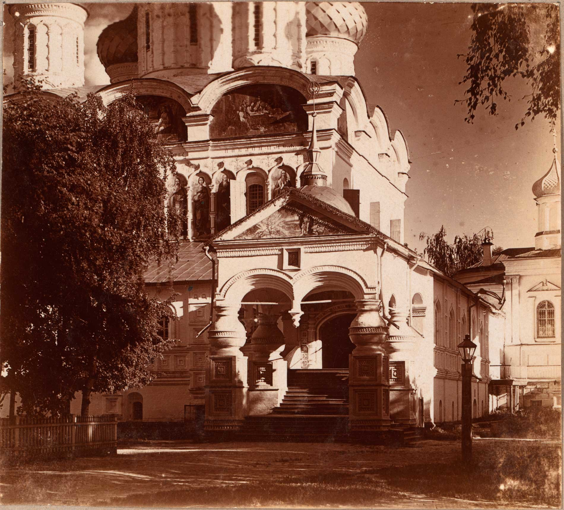 Trinity-Ipatiev Monastery. Trinity Cathedral, northwest corner with porch & stairs to west gallery. Summer 1910.