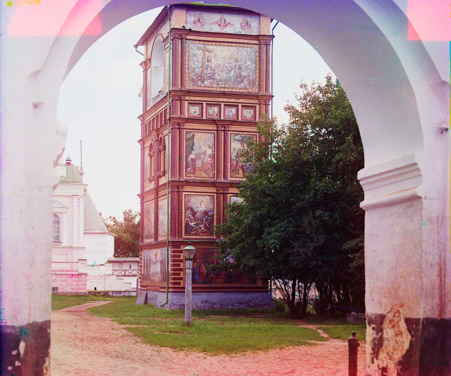 Trinity-Ipatiev Monastery. Cathedral bell tower from north entrance arch. Summer 1910.