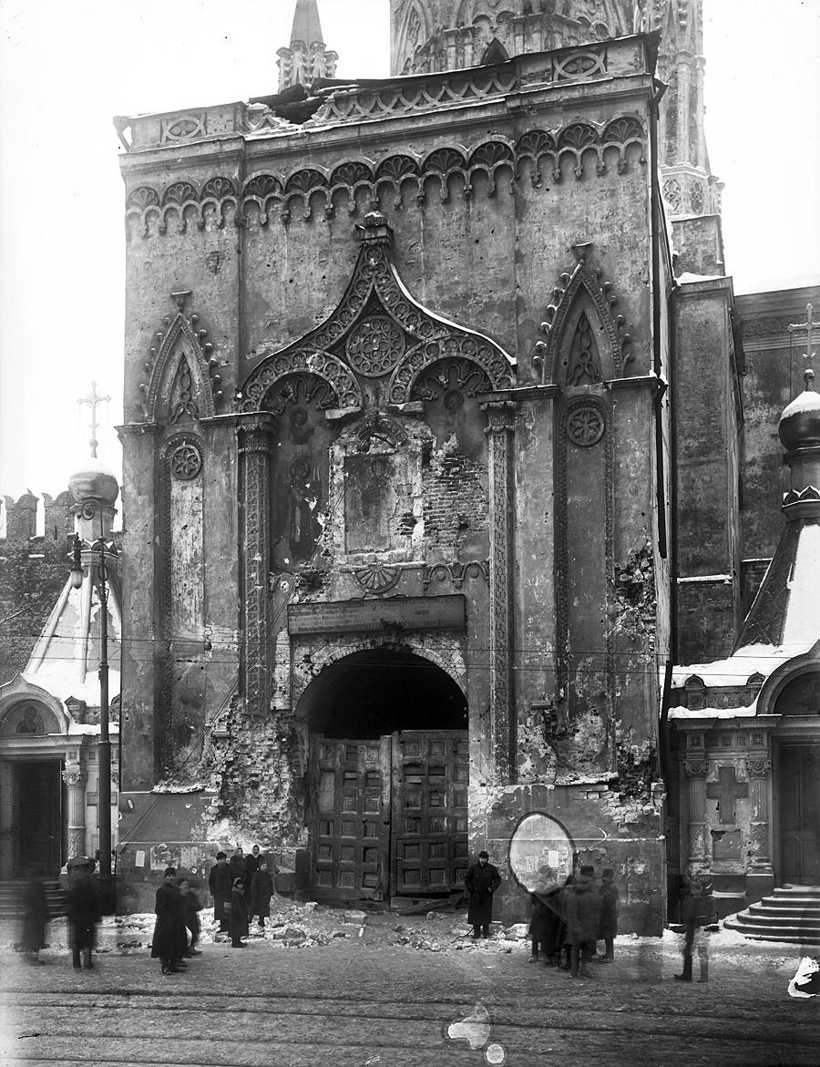 Оштећења на спољној фасади Николајевске куле после артиљеријског напада на Московски кремљ. Поглед са Црвеног трга. Новембар-децембар 1917.