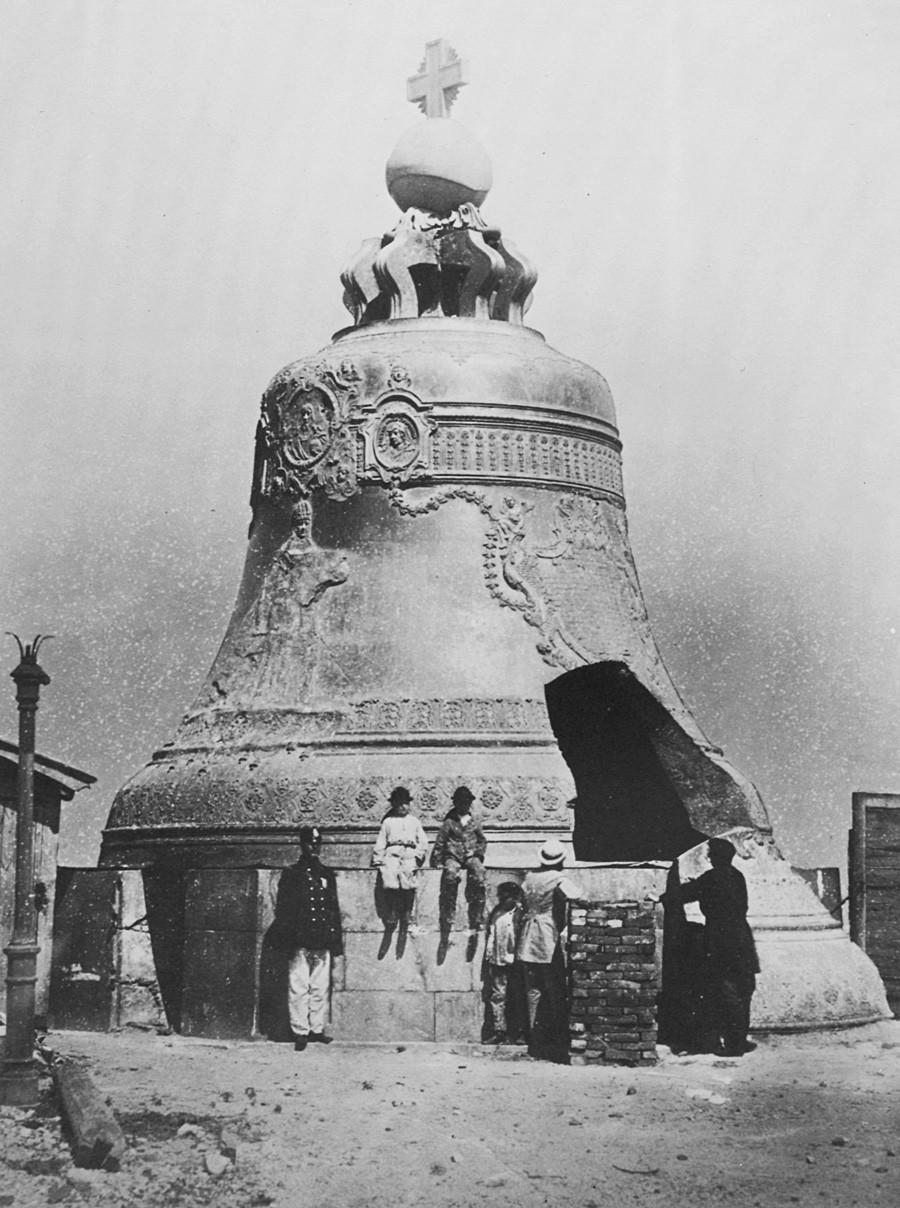 Москва. Най-голямата камбана в света - теглото ѝ е 200 т, а височината -  8м.