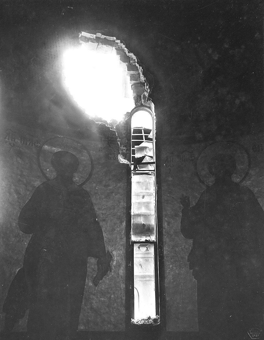 Buraco na parede central da Catedral da Assunção após o bombardeio do Kremlin. Vista a partir da torre. Foto de P.P. Pavlov. 5 a 7 de novembro de 1917.