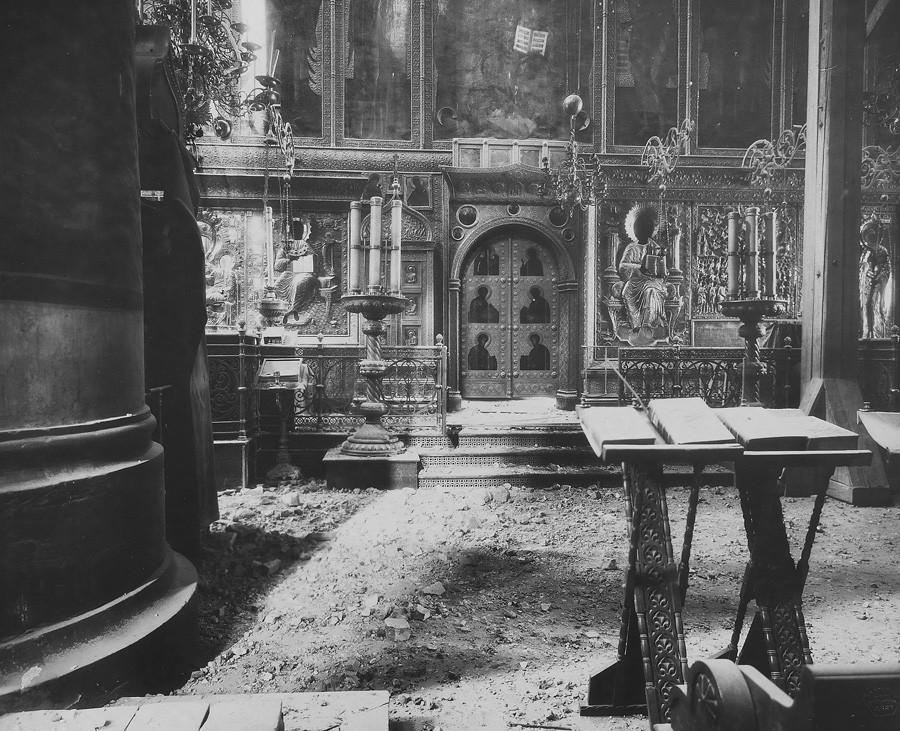 Interior da Catedral da Assunção após o bombardeio ao Kremlin de Moscou. Imagem dos portões sagrados. Foto de P.P. Pavlov. 5 a 7 de novembro de 1917.
