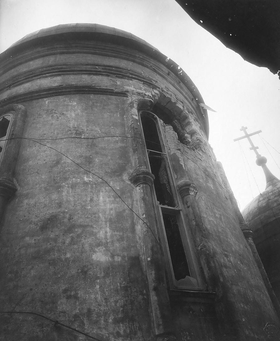 Buraco na parede central da Catedral da Assunção após Kremlin ser bombardeado. Vista de fora. Foto de P.P. Pavlov. 5 a 7 de novembro de 1917.