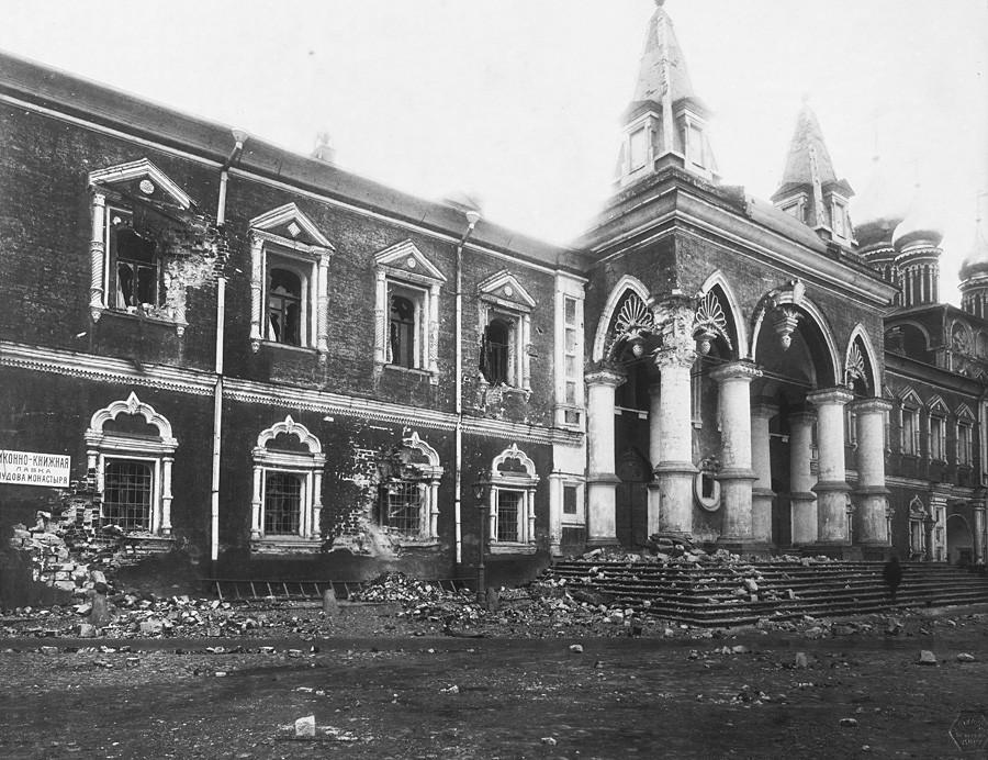 Complexo principal e a Igreja do Mosteiro do Milagre após bombardeio do Kremlin. Foto P.P. de Pavlov. 5 a 16 de novembro de 1917. Museu do Kremlin de Moscou.