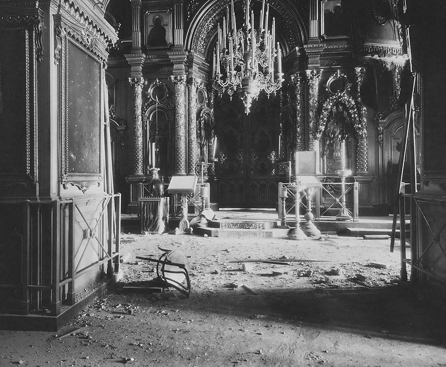 Interior da Catedral dos Doze Apóstolos após bombardeio ao Kremlin. Imagem do altar. Foto de P.P. Pavlov. 5 a 16 de novembro de 1917.