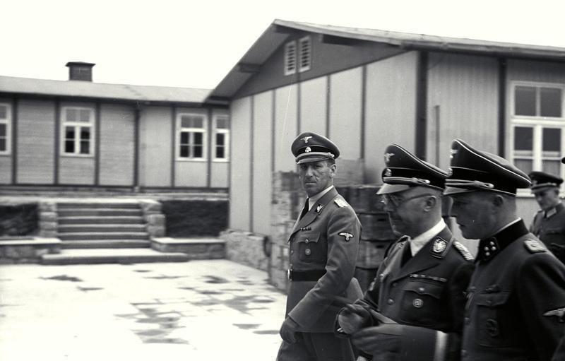 Ernst Kaltenbrunner (olhando para a câmera) junto ao líder da SS Heinrich Himmler.