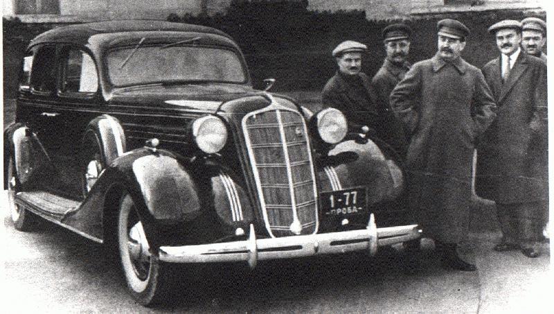 Stalin junto a um veículo soviético da marca Zil.