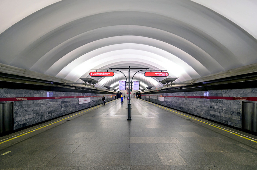 Ploschad Muzhestva station