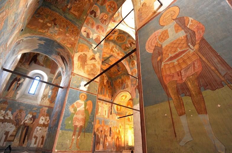 Dionizove freskes podobo borcev Dmitrija Solunskega (levo) in Mine (desno) v Katedrali sv. Marije.