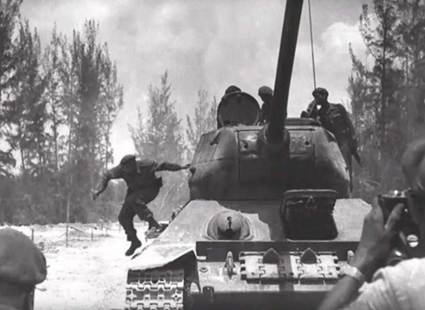 Castro skače iz ruskega tanka.