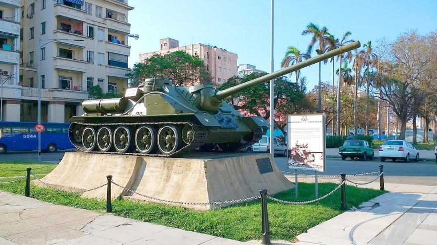SU-100 v Havani. Takšen tank je potopil ameriško ladjo.