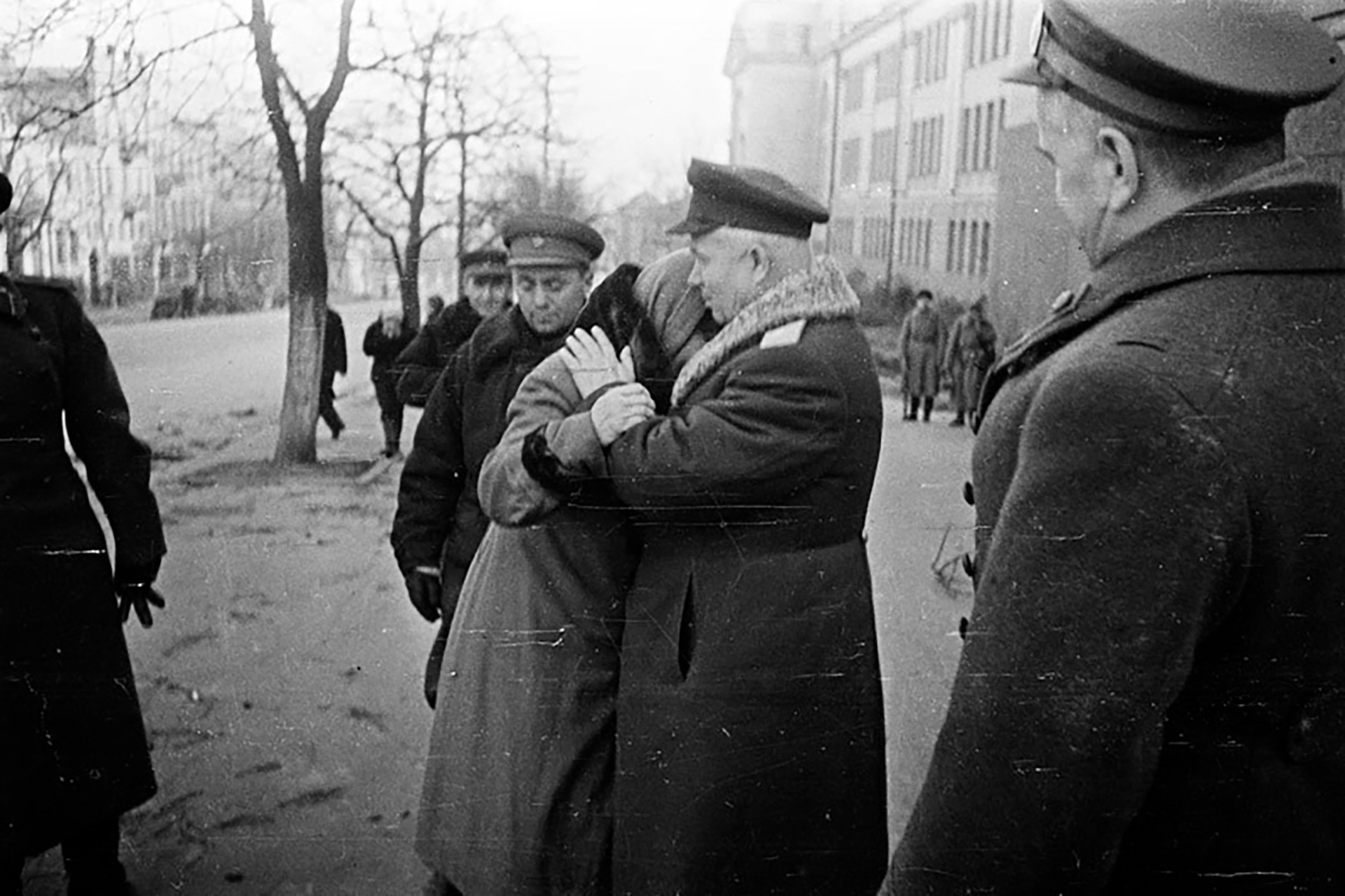 Während des Großen Vaterländischen Krieges war Nikita Chruschtschjow noch Erster Sekretär der Kommunistischen Partei der Ukrainischen Sowjetrepublik. Das Bild zeigt, wie ihn und Marschall Georgij Schukow (rechts) die Einwohner des befreiten Kiews willkommenheißen. November 1943