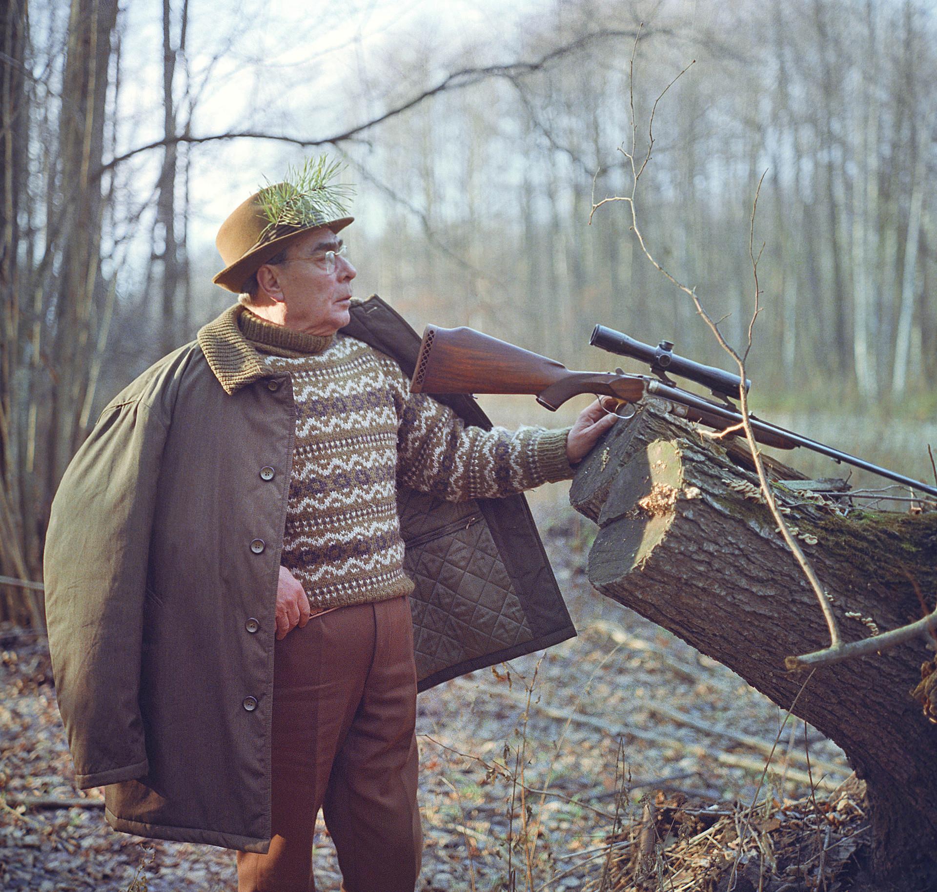 Auch Breschnew liebte das Jagen. Aber einmal kostete ihn dieses Hobby fast das Leben: Nachdem er einen Eber geschossen hatte, näherte sich der stolze Jäger seiner Beute. Aber das Tier war nur verwundet und stürzte sich angriffslustig auf seinen Feind. Ein Jagdkollege konnte das Tier dann verjagen.
