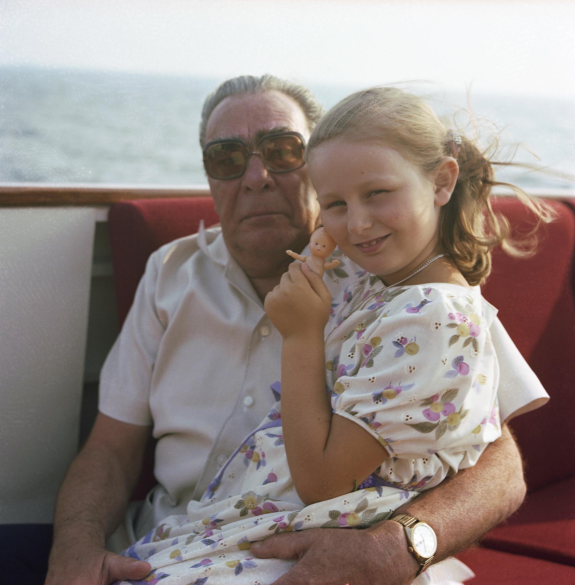 Leonid Breschnew 1981 mit seiner Enkelin Galina - ebenfalls im Uralub auf der Krim.