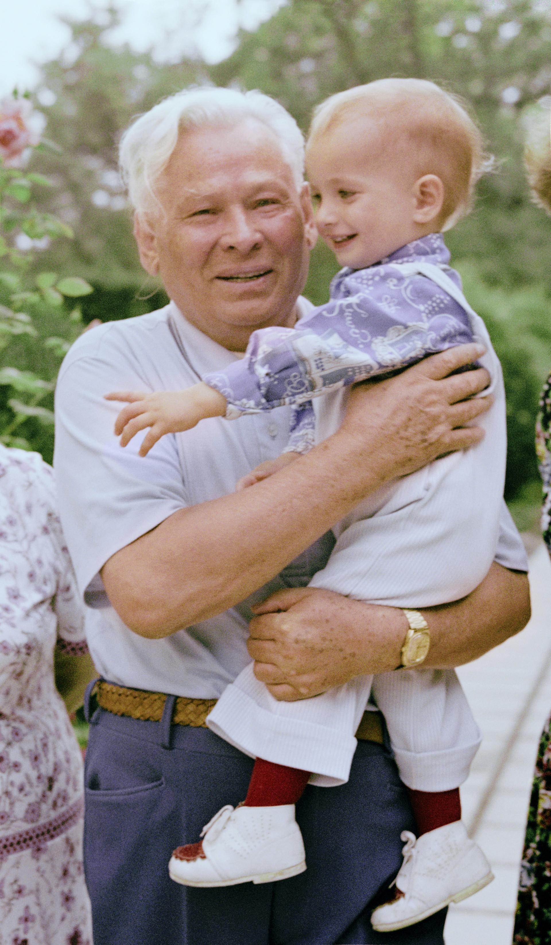 Konstantin Tschernenko führte die Sowjetunion dann noch kürzer als Andropow: nur ein Jahr lang. Das Bild zeigt ihn mit seinem Enkel Mitja auf der Krim.