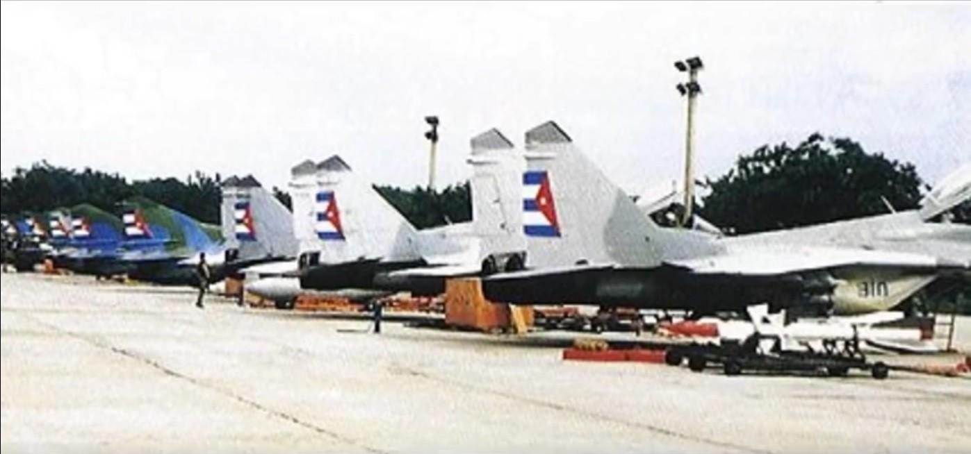 Tres MiG-29 Fulcrum en la base de San Antonio, La Habana, junto a los MiG-23MF y MiG-21bis.