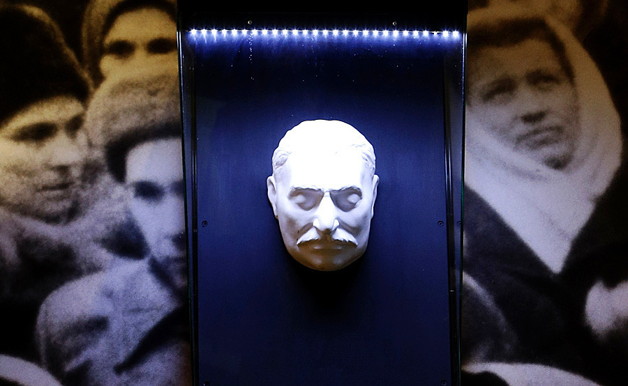 Máscara mortuária de Iossef Stálin em exposição no Museu de História Política Russa, em Petersburgo